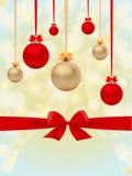 Υπόβαθρο Χριστουγέννων με τις σφαίρες και το τόξο Στοκ Φωτογραφία