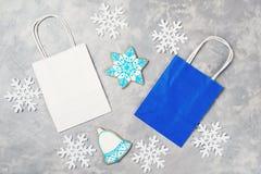 Υπόβαθρο Χριστουγέννων με τις τσάντες εγγράφου αγορών Έννοια πώλησης Χριστουγέννων και χειμώνα Στοκ Εικόνες