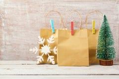 Υπόβαθρο Χριστουγέννων με τις τσάντες δώρων Πώληση Χριστουγέννων και έννοια αγορών Στοκ φωτογραφίες με δικαίωμα ελεύθερης χρήσης
