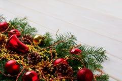 Υπόβαθρο Χριστουγέννων με τις χρυσές χάντρες και τις κόκκινες διακοσμήσεις, αντίγραφο s Στοκ φωτογραφίες με δικαίωμα ελεύθερης χρήσης