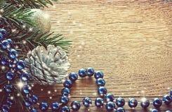 Υπόβαθρο Χριστουγέννων με τον ασημένιο κώνο Στοκ Φωτογραφία
