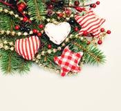 Υπόβαθρο Χριστουγέννων με τον κλαδίσκο χριστουγεννιάτικων δέντρων και το κόκκινο και χρυσό ντεκόρ Στοκ Εικόνα