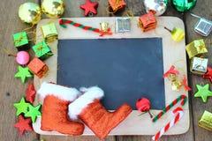 Υπόβαθρο Χριστουγέννων με τον πίνακα κιμωλίας και τη διακόσμηση Στοκ φωτογραφία με δικαίωμα ελεύθερης χρήσης