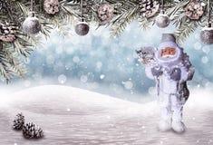 Υπόβαθρο Χριστουγέννων με τον τομέα χιονιού, τους κλάδους έλατου και Άγιο Βασίλη Στοκ Φωτογραφία