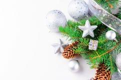 Υπόβαθρο Χριστουγέννων με τους κλάδους έλατου, κώνοι, δώρα, παιχνίδια Χριστουγέννων Στοκ Φωτογραφίες