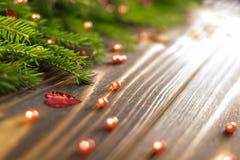 Υπόβαθρο Χριστουγέννων με τους κλάδους έλατου στοκ εικόνες