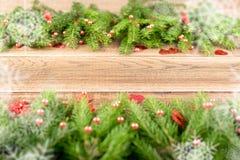Υπόβαθρο Χριστουγέννων με τους κλάδους και snowflakes έλατου στοκ εικόνες