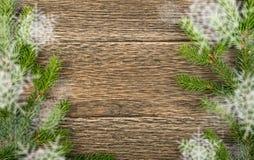 Υπόβαθρο Χριστουγέννων με τους κλάδους και snowflakes έλατου στοκ φωτογραφία με δικαίωμα ελεύθερης χρήσης