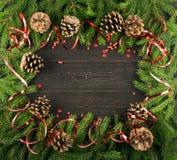 Υπόβαθρο Χριστουγέννων με τους κώνους και τους κλάδους έλατου στοκ φωτογραφία με δικαίωμα ελεύθερης χρήσης