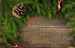 Υπόβαθρο Χριστουγέννων με τους κώνους και τους κλάδους έλατου στοκ φωτογραφία