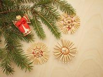 Υπόβαθρο Χριστουγέννων με τους κλάδους και τα παιχνίδια έλατου Στοκ Φωτογραφία