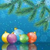 Υπόβαθρο Χριστουγέννων με τους κλάδους και τις σφαίρες Στοκ φωτογραφίες με δικαίωμα ελεύθερης χρήσης