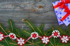 Υπόβαθρο Χριστουγέννων με τους κλάδους του έλατου και των διακοσμήσεων Στοκ Εικόνες