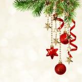 Υπόβαθρο Χριστουγέννων με τους πράσινους κλαδίσκους πεύκων, κόκκινο decorati ένωσης Στοκ Εικόνες