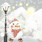 Υπόβαθρο Χριστουγέννων με τους χιονανθρώπους στο περιβάλλον του χιονιού και tre Στοκ Φωτογραφίες