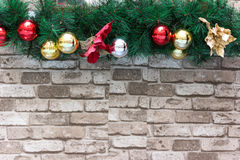 Υπόβαθρο Χριστουγέννων με το δέντρο, τα μπιχλιμπίδια και τα τούβλα έλατου Στοκ Φωτογραφία