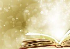 Υπόβαθρο Χριστουγέννων με το ανοιγμένο μαγικό βιβλίο Στοκ φωτογραφίες με δικαίωμα ελεύθερης χρήσης