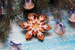 Υπόβαθρο Χριστουγέννων με το δέντρο και τα παιχνίδια Στοκ εικόνα με δικαίωμα ελεύθερης χρήσης