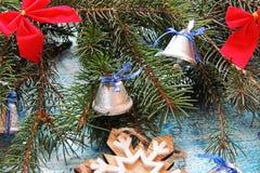 Υπόβαθρο Χριστουγέννων με το δέντρο και τα παιχνίδια Στοκ Φωτογραφίες