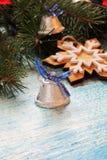 Υπόβαθρο Χριστουγέννων με το δέντρο και τα παιχνίδια Στοκ φωτογραφία με δικαίωμα ελεύθερης χρήσης