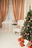 Υπόβαθρο Χριστουγέννων με το διακοσμημένο δέντρο Στοκ Φωτογραφία