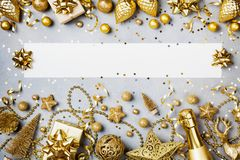 Υπόβαθρο Χριστουγέννων με το κενό εγγράφου, το δώρο ή το παρόν κιβώτιο και τη χρυσή άποψη διακοσμήσεων διακοπών τοπ Επίπεδος βάλτ στοκ φωτογραφίες με δικαίωμα ελεύθερης χρήσης