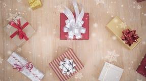 Υπόβαθρο Χριστουγέννων με το κιβώτιο και snowflake δώρων διακοσμήσεων Στοκ Εικόνα
