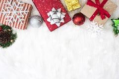 Υπόβαθρο Χριστουγέννων με το κιβώτιο και snowflake δώρων διακοσμήσεων Στοκ Φωτογραφία