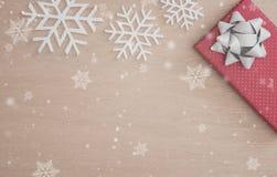 Υπόβαθρο Χριστουγέννων με το κιβώτιο και snowflake δώρων διακοσμήσεων Στοκ φωτογραφίες με δικαίωμα ελεύθερης χρήσης
