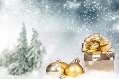 Υπόβαθρο Χριστουγέννων με το κιβώτιο δώρων Χριστουγέννων decorationand στο θόριο Στοκ Φωτογραφία