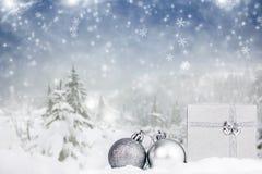 Υπόβαθρο Χριστουγέννων με το κιβώτιο δώρων Χριστουγέννων decorationand στο θόριο Στοκ εικόνες με δικαίωμα ελεύθερης χρήσης