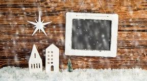 Υπόβαθρο Χριστουγέννων με το μειωμένο χειμερινό χιόνι στοκ εικόνες