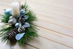 Υπόβαθρο Χριστουγέννων με το μπλε διακοσμημένο διακοσμήσεις κηροπήγιο Στοκ Εικόνες