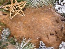 Υπόβαθρο Χριστουγέννων με το πορτοκάλι, τα γαρίφαλα, τα αστέρια και τους κλάδους έλατου Στοκ Εικόνα