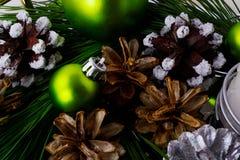 Υπόβαθρο Χριστουγέννων με το χιονώδες pinecone και τις πράσινες διακοσμήσεις Στοκ εικόνα με δικαίωμα ελεύθερης χρήσης