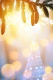 Υπόβαθρο Χριστουγέννων με το χριστουγεννιάτικο δέντρο και το φως διακοπών στοκ φωτογραφία με δικαίωμα ελεύθερης χρήσης