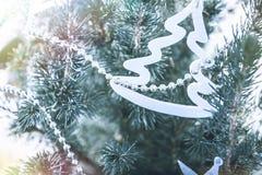 Υπόβαθρο Χριστουγέννων με το χριστουγεννιάτικο δέντρο και το χριστουγεννιάτικο δέντρο παιχνιδιών στα μπλε χρώματα απόχρωσης Στοκ Εικόνες