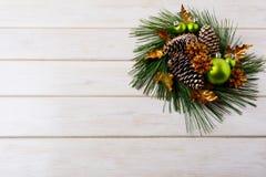 Υπόβαθρο Χριστουγέννων με το χρυσό διακοσμημένο κώνοι στεφάνι διακοπών Στοκ Φωτογραφίες