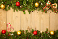 Υπόβαθρο Χριστουγέννων με firtree, τις καραμέλες και τα μπιχλιμπίδια Στοκ εικόνες με δικαίωμα ελεύθερης χρήσης