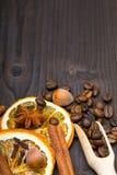 Υπόβαθρο Χριστουγέννων: ξηρό πορτοκάλι, φασόλια καφέ, cinamon, γλυκάνισο και γαρίφαλα Στοκ Εικόνες