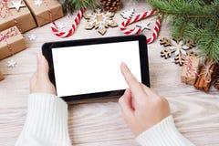 Υπόβαθρο Χριστουγέννων: οι θηλυκές χρήσεις χεριών άνοιξαν την ταμπλέτα με το διάστημα αντιγράφων στον αγροτικό ξύλινο πίνακα που  Στοκ φωτογραφία με δικαίωμα ελεύθερης χρήσης