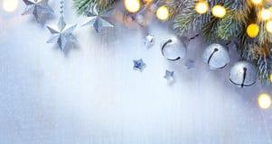 Υπόβαθρο Χριστουγέννων τέχνης με μια ασημένια διακόσμηση, αστέρια Χριστουγέννων στοκ εικόνες
