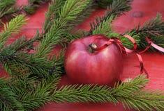 Υπόβαθρο Χριστουγέννων της ώριμης κόκκινης Apple στον πίνακα μεταξύ GR Στοκ φωτογραφία με δικαίωμα ελεύθερης χρήσης