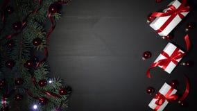Υπόβαθρο Χριστουγέννων του μαύρου ξύλου που διακοσμείται με τους κλάδους έλατου Πεύκο που εξωραΐζεται με τα κόκκινα φω'τα κομφετί απόθεμα βίντεο
