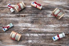 Υπόβαθρο Χριστουγέννων του παλαιού ξύλου Δώρα στα αμερικανικά και ευρωπαϊκά χρήματα αναμνηστικά της Ιταλίας Ρώμη διακοπών δώρων Τ στοκ εικόνες με δικαίωμα ελεύθερης χρήσης
