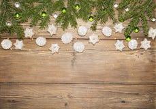 Υπόβαθρο Χριστουγέννων των κλάδων έλατου και των μπισκότων πιπεροριζών Στοκ Εικόνες