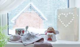 Υπόβαθρο Χριστουγέννων, χειμερινό παράθυρο, διακόσμηση Χριστουγέννων τα Χριστούγεννα αγγέλου απομόνωσαν το λευκό Στοκ φωτογραφία με δικαίωμα ελεύθερης χρήσης