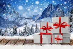 Υπόβαθρο Χριστουγέννων Χριστουγέννων με τα κόκκινα ασημένια κιβώτια δώρων Στοκ εικόνες με δικαίωμα ελεύθερης χρήσης