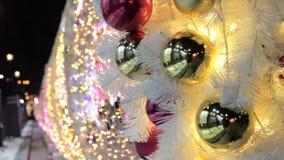 Υπόβαθρο χριστουγεννιάτικων δέντρων και ντεκόρ Χριστουγέννων Χρυσές και κόκκινες λαμπρές σφαίρες και γιρλάντα στο άσπρο δέντρο έλ απόθεμα βίντεο