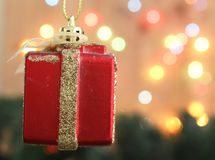 Υπόβαθρο χριστουγεννιάτικων δέντρων με το δώρο κιβωτίων διακοσμήσεων και bokeh το λι στοκ εικόνες